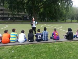 Voorlichter Kelly met bewegende kinderen in Schiedam